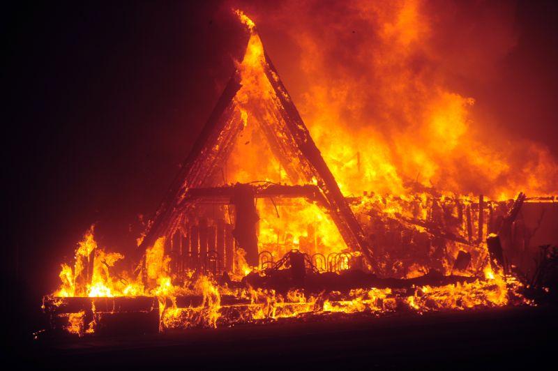На Черкащині загорілася будівля, через замикання електропроводки