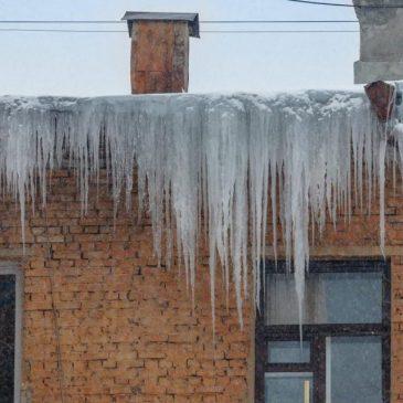 Черкащан попереджають про небезпечні бурульки на дахах